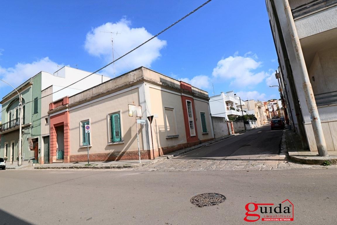Soluzione Indipendente in vendita a Parabita, 9 locali, prezzo € 250.000 | CambioCasa.it