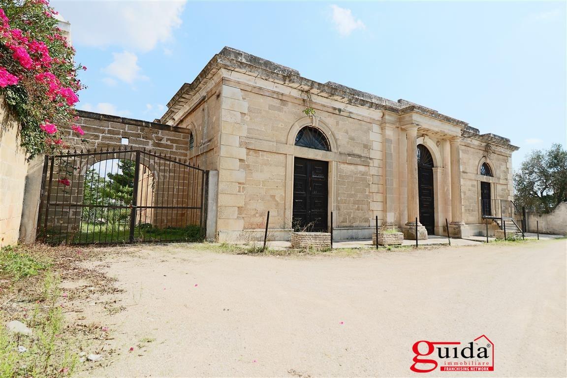 Palazzo / Stabile in vendita a Sannicola, 16 locali, prezzo € 450.000 | CambioCasa.it