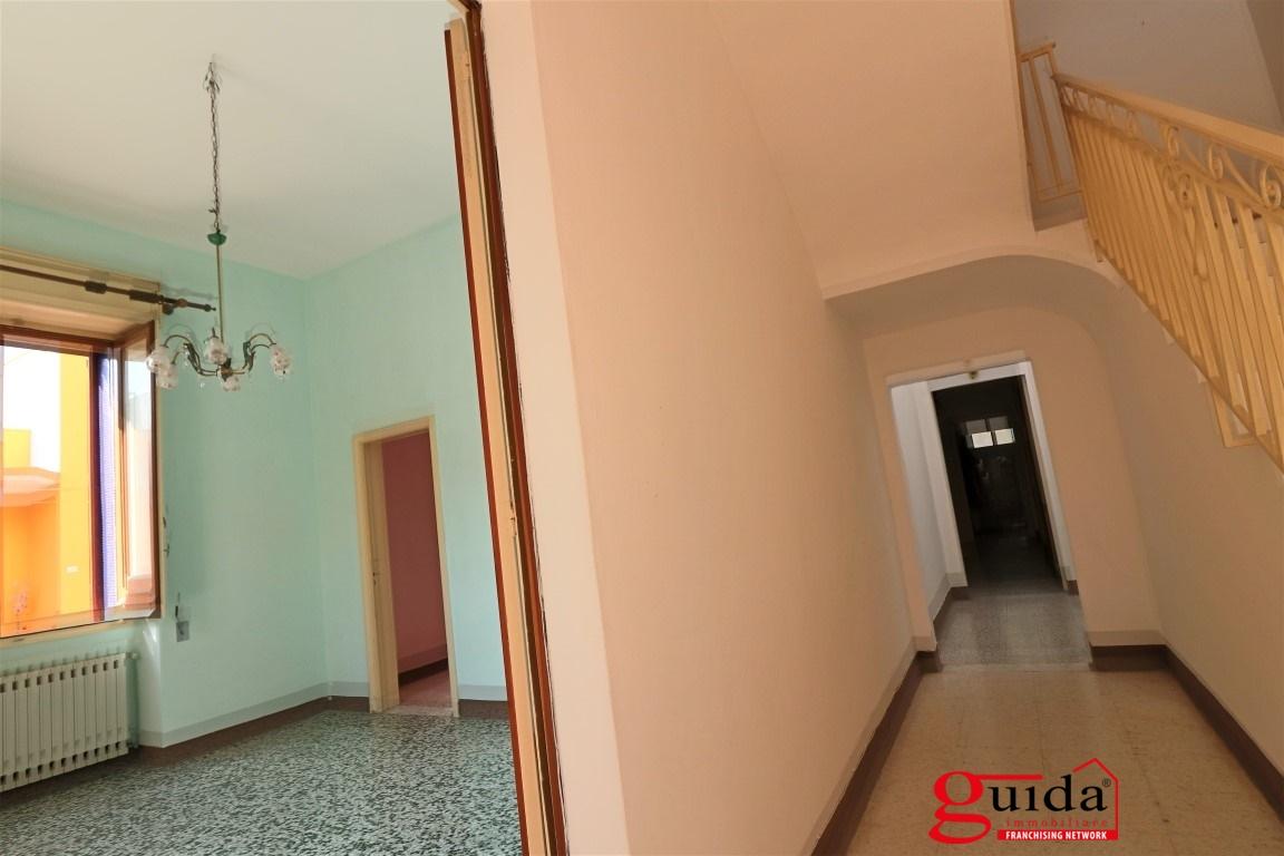 Vendita casa indipendente parabita abitazione for 3 box auto con abitazione