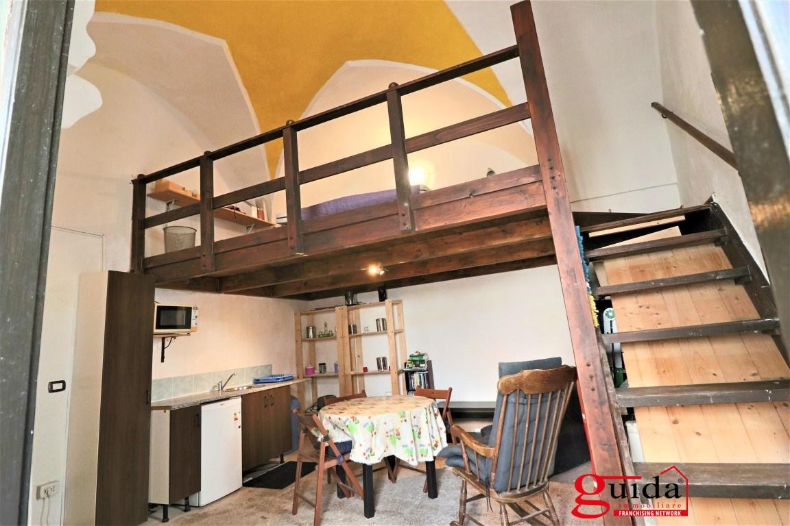 Vendita casa indipendente matino tipica casa in corte for Registrare i piani di casa con soppalco