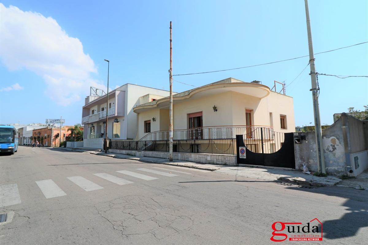 Soluzione Indipendente in affitto a Casarano, 13 locali, prezzo € 1.200 | CambioCasa.it