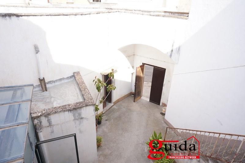 Palazzo / Stabile in affitto a Casarano, 9 locali, prezzo € 500 | CambioCasa.it