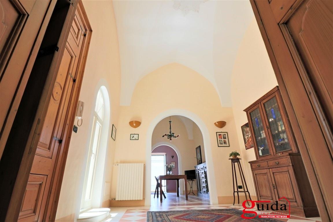 Palazzo / Stabile in vendita a Alezio, 22 locali, Trattative riservate | CambioCasa.it