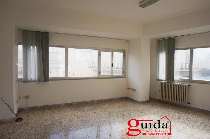 Ufficio / Studio in affitto a Casarano, 4 locali, prezzo € 370 | CambioCasa.it