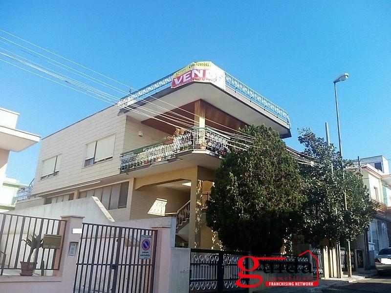 Soluzione Indipendente in vendita a Casarano, 9 locali, prezzo € 180.000 | CambioCasa.it