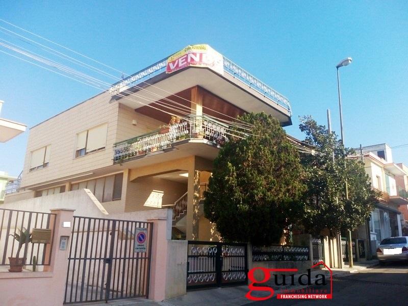 Villa in vendita a Casarano, 9 locali, prezzo € 280.000 | CambioCasa.it