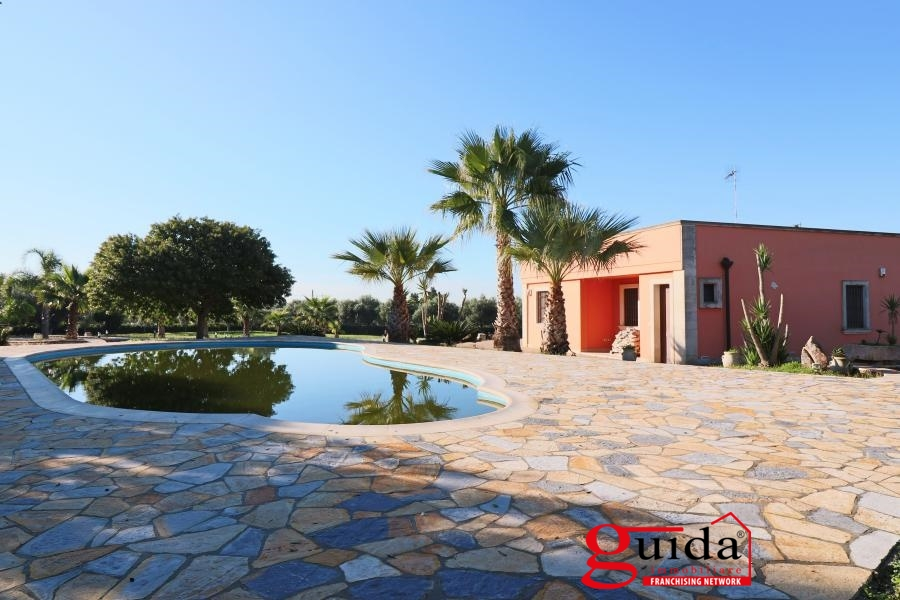 Villa in vendita a Soleto, 9 locali, prezzo € 219.000 | CambioCasa.it