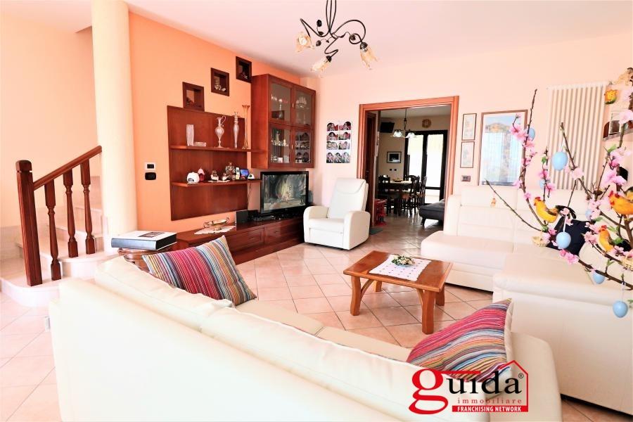 Villa a Schiera in vendita a Tuglie, 10 locali, prezzo € 145.000   CambioCasa.it