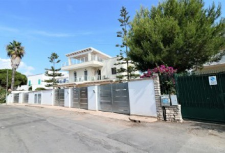Real estate complex with 5 independent houses to 30 Mt from the beach turnkey