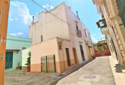 Property complex to be restored with terrace for sale in Alezio in the historical center