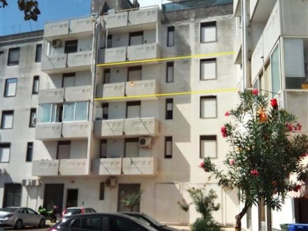 Apartment-sale-in-a-Taviano-wide-and-bright-to-third-floor-of-a-building-in-area-Central