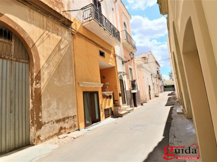 Independent-the-ground-floor-in-sales-a-Matino-in-center-historical-renovated-with-tavern-living