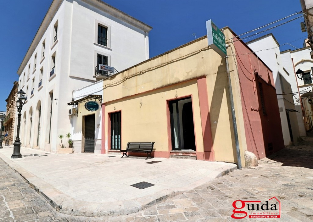 Rent Shop or business premises Casarano - Commercial for rent centrally located premises and sottolocale in Casarano Locality