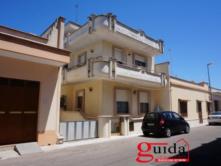 Villa-on-more-levels-for-sale-in-Melissano-with-large-outer-space