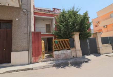Independent house on the first floor for sale in Salento in Puglia in Parabita area in good condition to be restored
