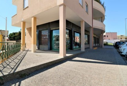 Commercial space of 400 square meters with 8 display cabinets for sale in central location in Casarano