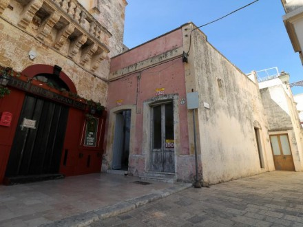 Two-level dwelling for sale in the old town of Ugento in the picturesque St Vincent's Square
