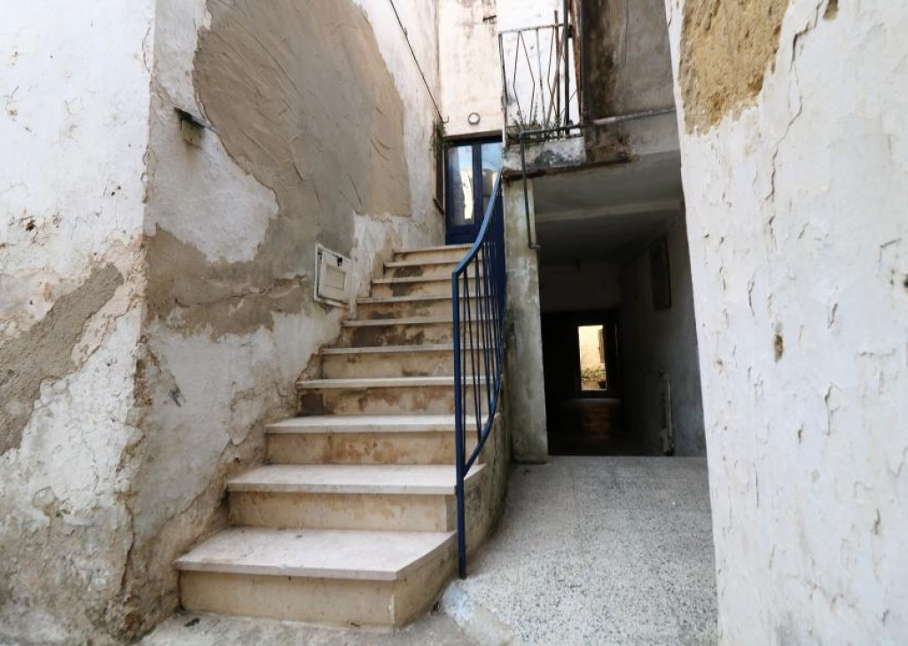 Sale Detached house Ugento - Two-level dwelling for sale in the old town of Ugento in the picturesque St Vincent's Square Locality